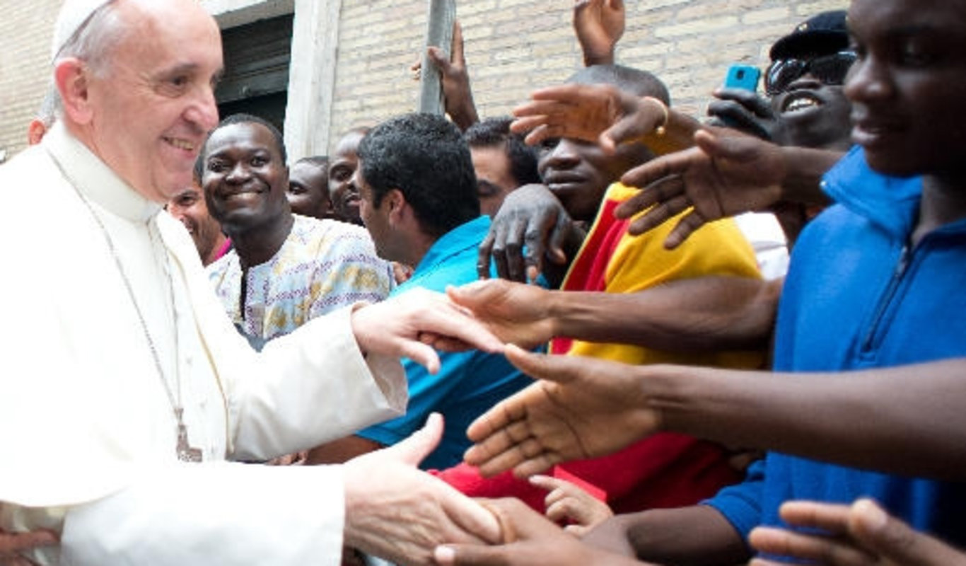 Papa Francisco con migrantes.