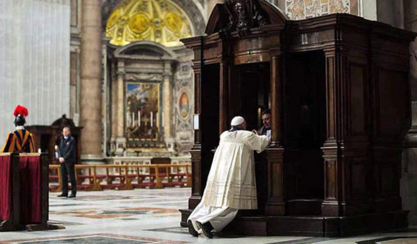 El Papa Francisco, confesándose.