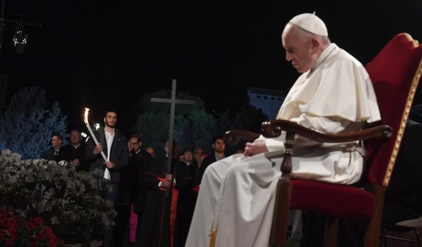 Papa en Via Crucis. Vatican News.