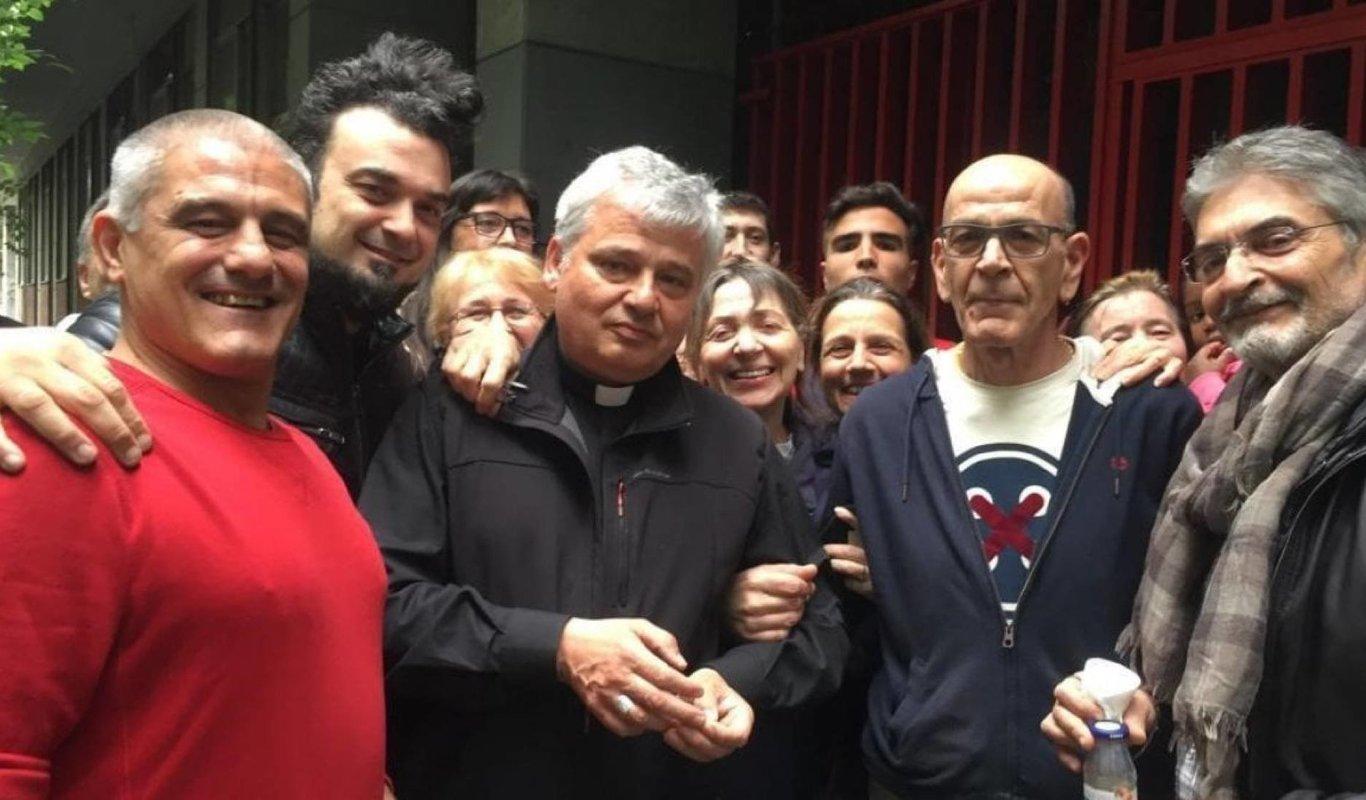 El cardenal Konrad Krajewski, junto a algunos de los vecinos del edificio ocupado al restituyó la luz el sábado.