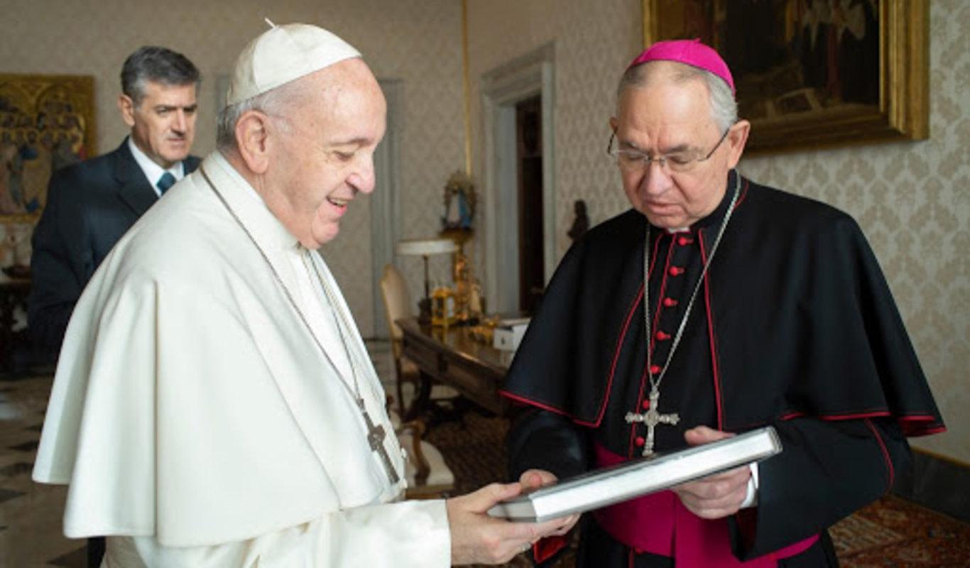 El Papa Francisco y el arzobispo de Los Ángeles, José H. Gómez.