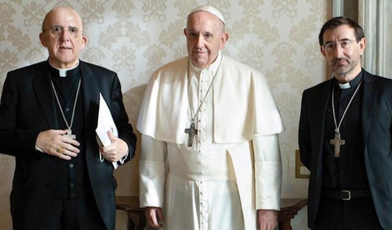 Carlos Osoro y el obispo auxiliar José Cobo, con el Papa Francisco.