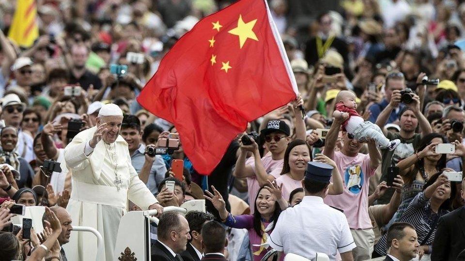 Un bandera de China en la Plaza de San Pedro del Vaticano.