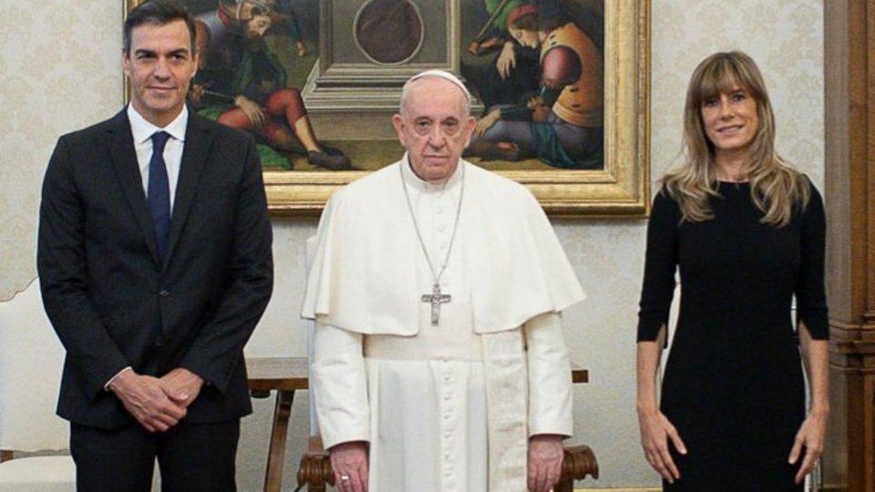 Pedro Sánchez junto a su mujer, Begoña Gómez en la audiencia con el Papa Francisco.