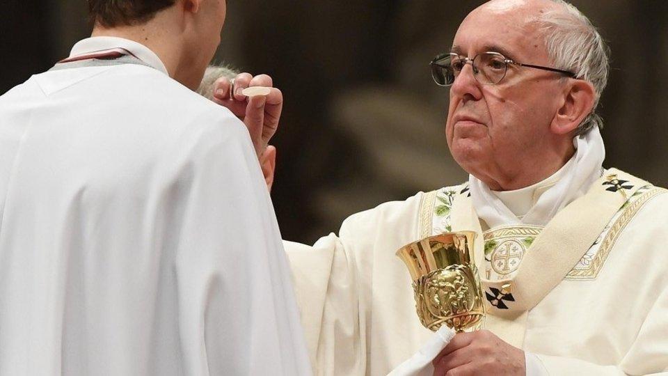 El Papa Francisco dando la comunión.