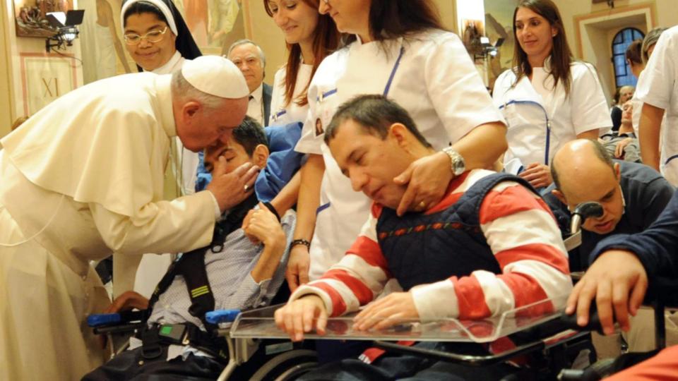 El Papa Francisco con un grupo de discapacitados.