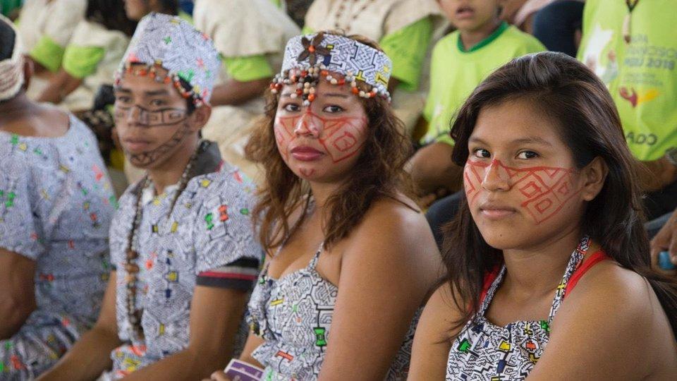 Indígenas peruanos durante la visita del Papa