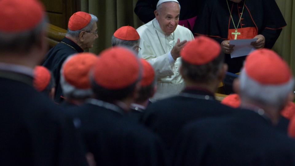 Papa Francisco con cardenales.