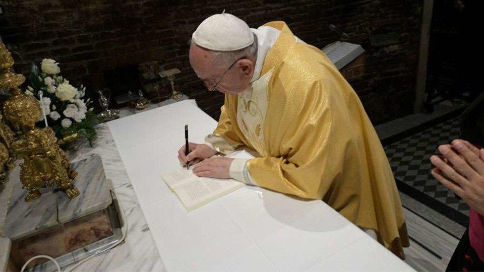Papa Francisco Firma Exhortacion Apostolica (Vatican Media)