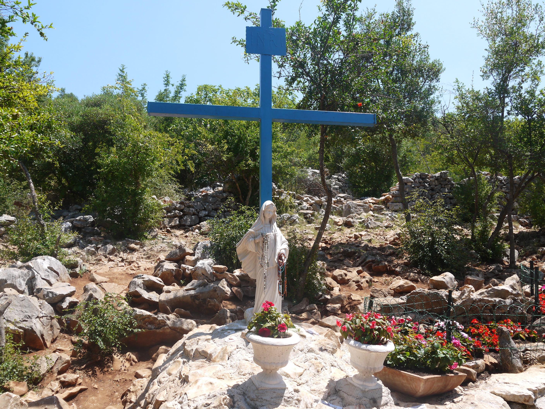 Cruz Azul donde se apareció la Virgen por primera vez en el monte Podbrdo.