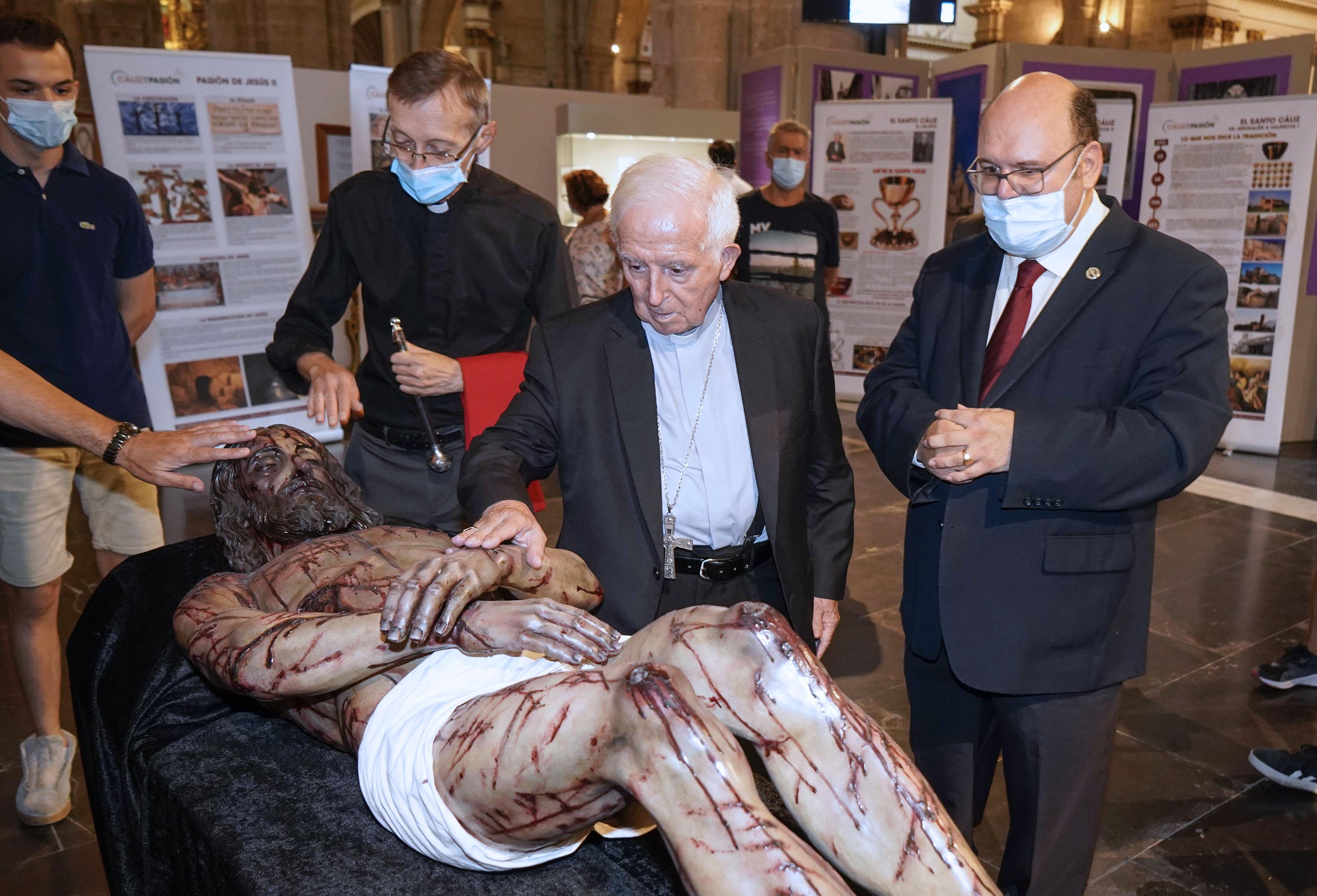 Bendición de la exposición por parte del cardenal Cañizares.